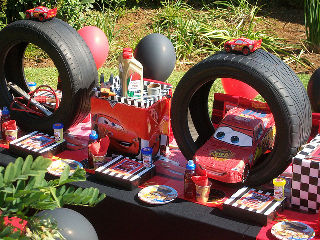disneyeveryday.com-wp-content-uploads-2011-09-Disney-Pixar-Cars-Birthday-Party-Table-Idea-Close-Up